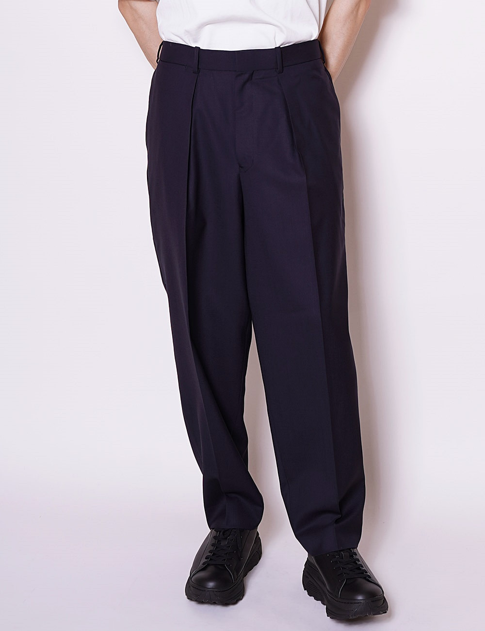 MARKAWARE : ORGANIC WOOL TROPICAL CLASSIC FIT TROUSER (NAVY)