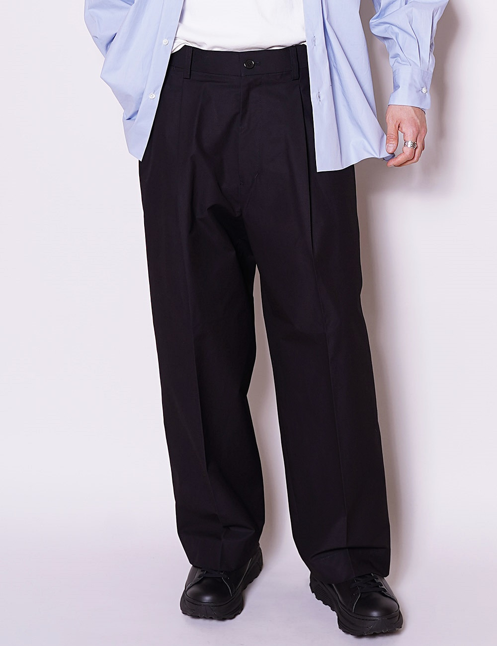 MARKAWARE : ORGANIC COTTON WIDE PLEATED TROUSERS (NAVY)