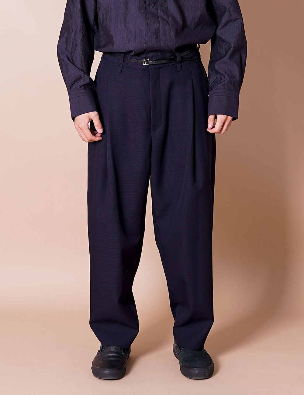 URU : WOOL POLYESTER SERGE 1 TUCK PANTS (NAVY)