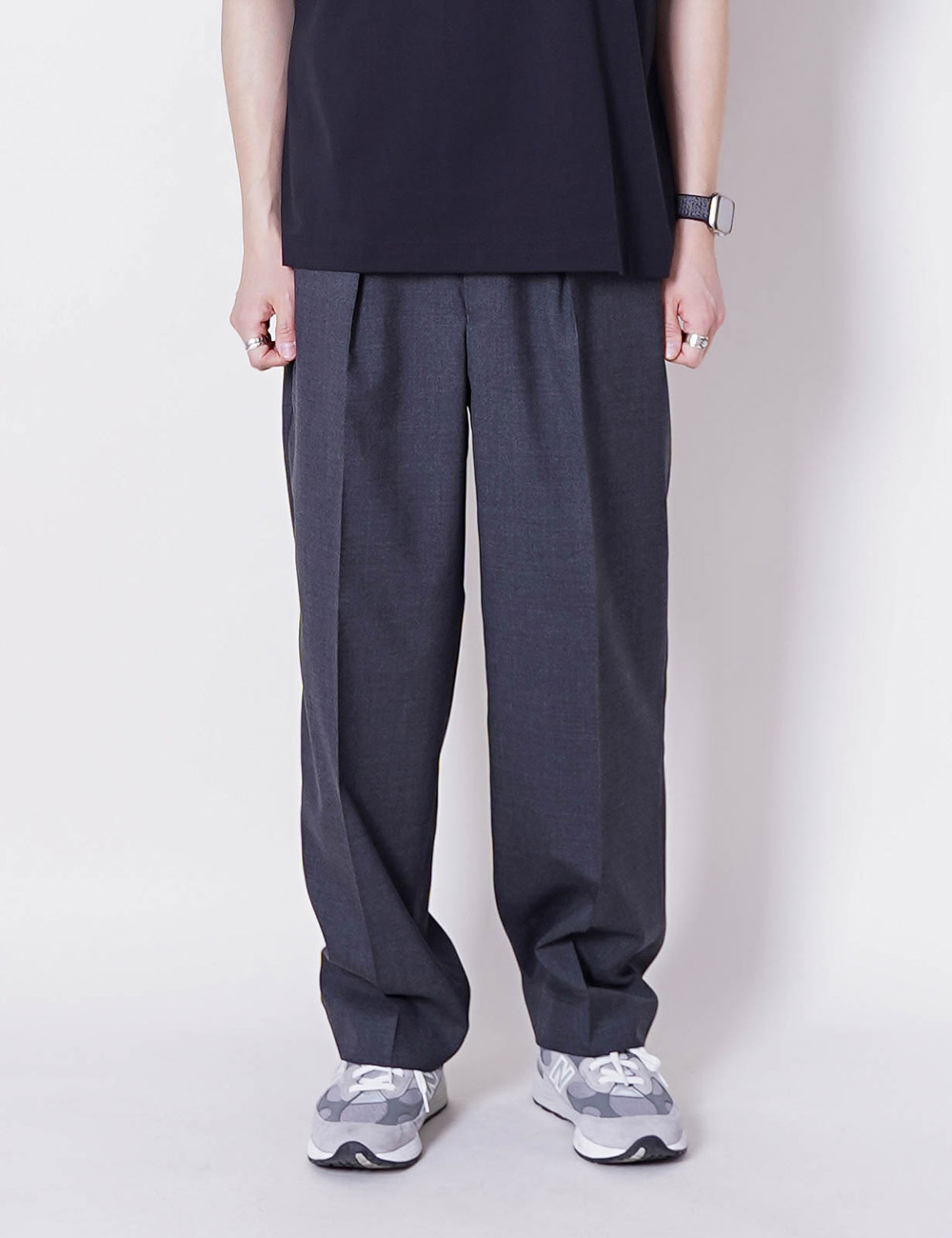 MARKAWARE : ORGANIC WOOL TROPICAL CLASSIC FIT TROUSER (CHARCOAL)