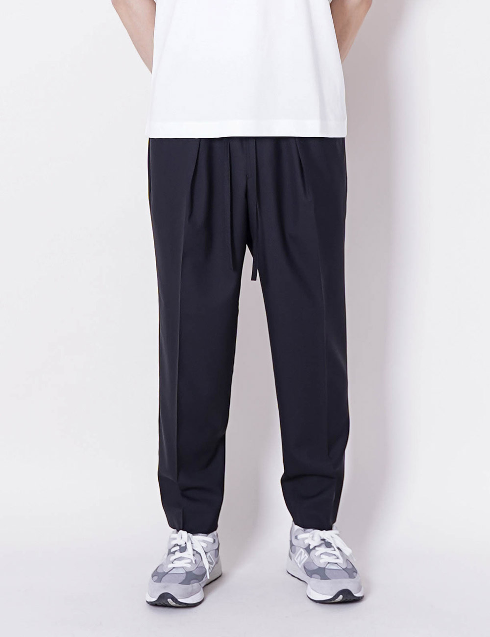 MARKAWARE : SUPER 120'S WOOL TROPICAL PEGTOP EASY TROUSERS (BLACK)