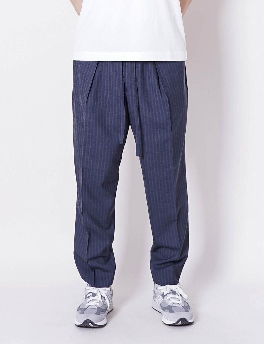 MARKAWARE : SUPER 120'S WOOL TROPICAL PEGTOP EASY TROUSERS (INDIGO STRIPE)